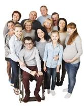 Grupo de personas mirando a cámara de diferentes edades, sexo y condición.
